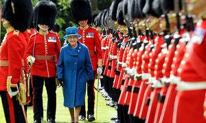 Lời thú tội của lính gác hoàng gia Anh khiến Nữ hoàng nổi giận