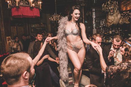 burlesque-gioi-han-cao-nhat-cua-nhung-co-nang-mua-thoat-y-3