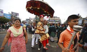 Thánh sống tại Nepal - những đứa trẻ chân không chạm đất