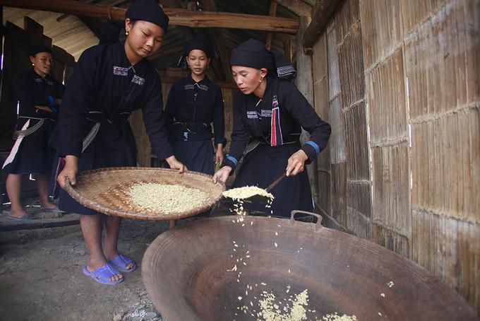 6 công đoạn làm cốm của người La Chí ở Hà Giang