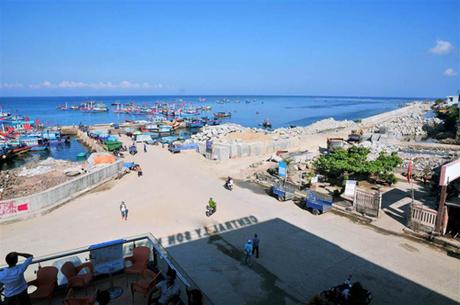 View nhìn ra cảng Lý Sơn từ khách sạn. Ảnh: Central Lý Sơn