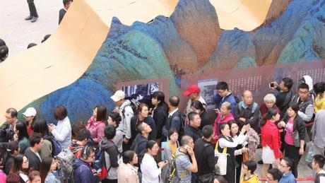 Dài 11,9 m, tác phẩm A Panorama of Rivers and Mountains (được dịch là Non sông ngàn dặm) của họa sĩ cung đình Vương Hy Mạnh được coi là một trong những bức tranh đồ sộ nhất của nền nghệ thuật Trung Quốc từ trước tới giờ.
