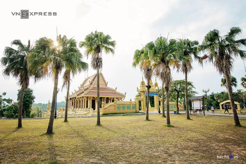 Khu quần thể chùa Khmer khá rộng, lấy chính điện làm trung tâm, các công trình khác được bố trí xung quanh và liên kết với nhau bằng những con đường nhỏ len lỏi giữa vườn cây.