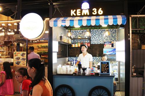 Chợ còn thu hút thực khách bởi có nhiều shop ẩm thực Việt đặc sắc.