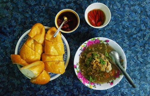 Súp để chấm bánh mì được nấu gần giống với súp cua thông thường, sền sệt nhưng có nhiều loại rau củ hơn như hạt sen, đậu đỏ, cà rốt, khoai lang& Ảnh: Phong Vinh