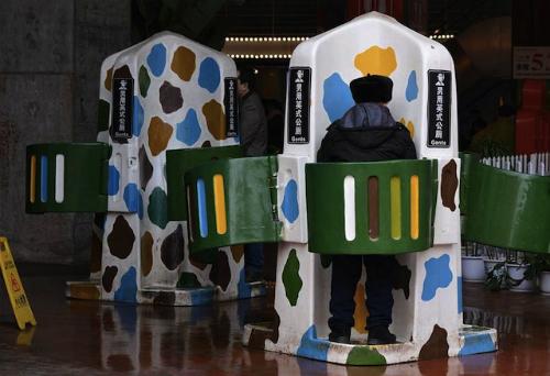 Trước đó, thành phố Trùng Khánh từng mang nhiều điều tiếng khi thử nghiệm nhiều kiểu nhà vệ sinh công cộng khác biệt. Bên trên là hình ảnh nhà đi tiểu công cộng cho đàn ông ở Trùng Khánh được mở vào tháng 2/2016. Đây là bước đi theo San Francisco, Sydney và London để thành phố này nâng cao danh tiếng với trường quốc tế.