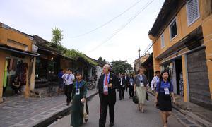 Bộ trưởng 21 nền kinh tế đi xích lô, cuốc bộ ở phố cổ Hội An