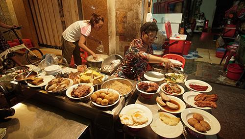 Bàn đồ ăn hơn 10 món khác nhau khiến ai đi ngang cũng thòm thèm. Ảnh: Tâm