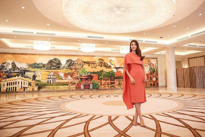 Hoa hậu Phạm Hương bên bức tranh 21 mét quảng bá du lịch