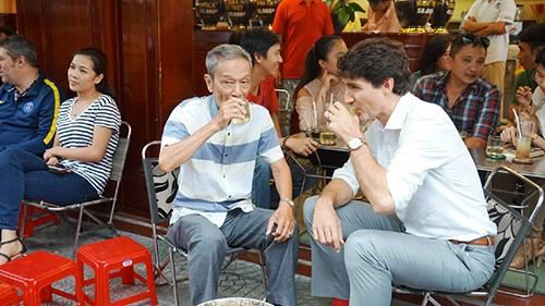 Thủ tướng Canada Justin Trudeau ghé quán cà phê Vy và uống cà phê sữa cùng ông Nguyễn Công Hiệp  cựu nhân viên tại Tổng lãnh sự quán Canada tại TP. HCM. Ảnh: vietnamnet.