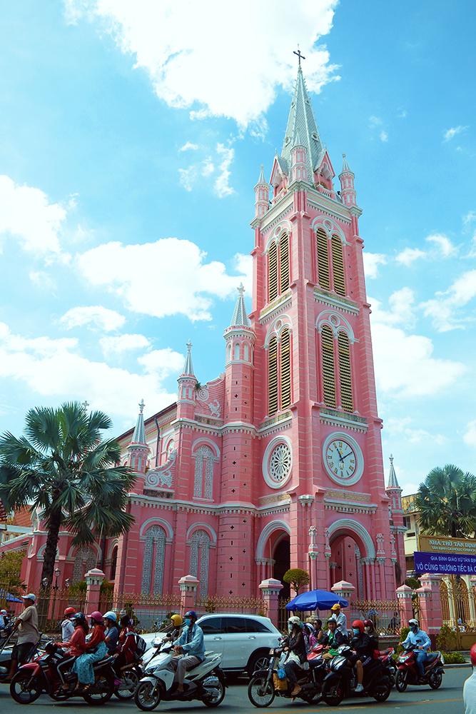 Nhà thờ hơn 100 năm ở Sài Gòn hút khách nhờ màu hồng