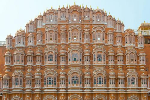 Hawa Mahal đặc biệt nổi bật vào buổi sáng sớm khi những tia nắng đầu tiên thắp sáng toàn bộ cung điện. Đây cũng là điểm đến không thể bỏ qua của du khách khi đến với thành phố hồng Jaipur.