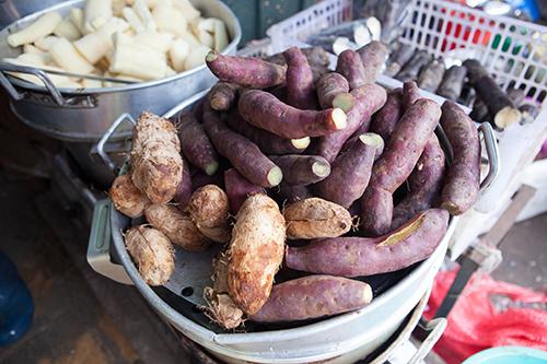 Khi lên Đà Lạt, nhiều khách rành Đà Lạt thường mua khoai tây, khoai lang, cà chua, bơ& và các loại nông sản khác về làm quà.