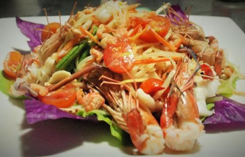 Gỏi đu đủ hải sản kiểu Thái.