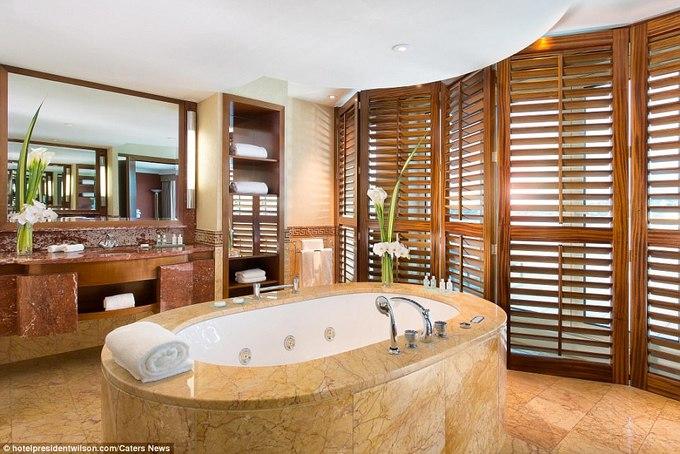 Căn phòng được trang bị nhiều nước hoa, tủ quần áo, phòng tắm xây bằng đá cẩm thạch đi kèm các sản phẩm vệ sinh của công ty thiết kế hàng đầu Hermes, ngoài ra có thêm một chiếc đàn piano lớn hiệu Steinway và thang máy riêng.