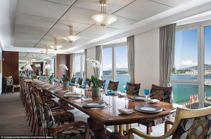 Với những khách thích tổ chức tiệc lớn, họ có thể dùng phòng ăn có cửa sổ hướng ra hồ Geneva.