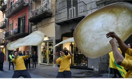 Thành viên Pizzaioli thuộc câu lạc bộ Acrobats Coldiretti trình diễn độc tác xoay bột làm đế bánh cầu công