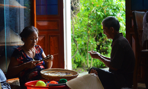 Đôi vợ chồng dành cả thanh xuân để làm nón ngựa ở Bình Định