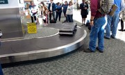 Khách nhí kẹt trên băng chuyền, sân bay bị phạt nặng
