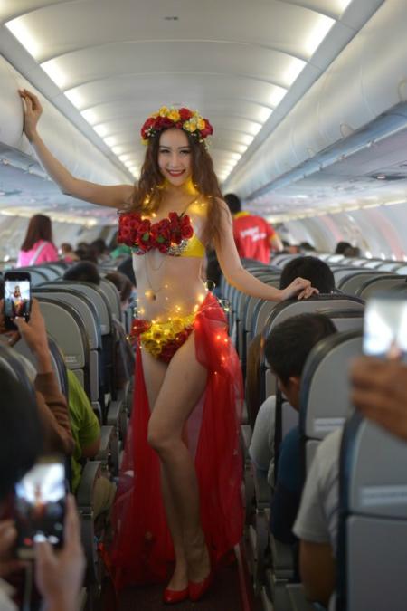 trinh-dien-bikini-tren-chuyen-bay-bangkok-da-lat-dau-tien