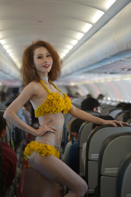 trinh-dien-bikini-tren-chuyen-bay-bangkok-da-lat-dau-tien-6
