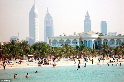 Bãi biển Dubai vào mùa đông vẫn tấp nập du khách. Ảnh:Alamy.