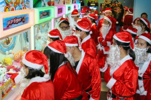 Dàn Ông già Noel nhảy flashmob đại náo The Garden Mall - 3