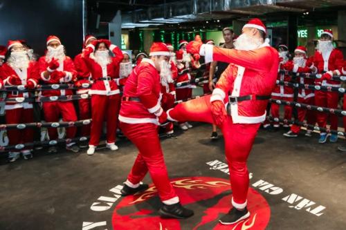 Dàn Ông già Noel nhảy flashmob đại náo The Garden Mall - 4