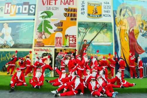 Dàn Ông già Noel nhảy flashmob đại náo The Garden Mall