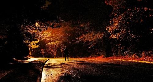 Người đàn ông bí ẩn lang thang trên những xa lộ vào ban đêm. Ảnh minh họa:Pinterest.