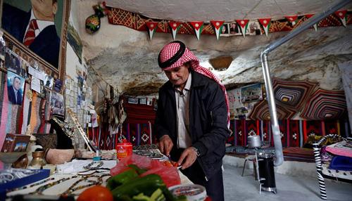 Ông chủ khách sạn đang chuẩn bị bữa sáng cho khách thuê phòng trong một hang động gần đó. Ảnh: Reuters.