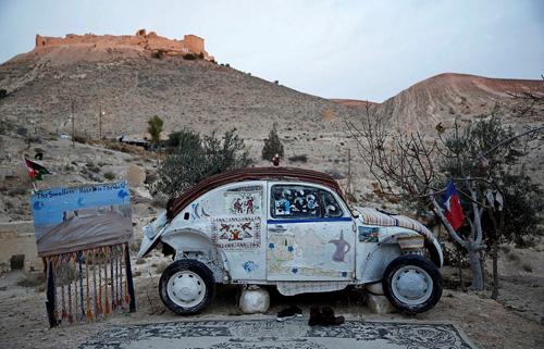 Khách sạn thực ra chỉ là một chiếc xe cũ được thiết kế lại. Ảnh: Reuters.
