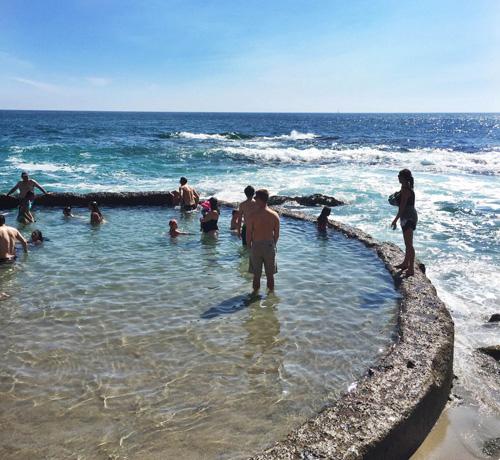 Người chủ khách sạn đã cho xây một bờ kè bằng đá hình tròn ngay cạnh bãi biển.Nước trong bể bơi được lấy từ chính biển khơi, dựa trên nguyên tắc mực nước lên xuống của thủy triều.