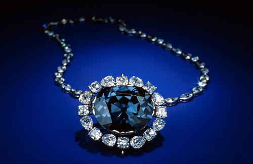 Mặt dây chuyền bao quanh viên kim cương Hope là 16 viên kim cương trắng, chuỗi vòng cổ treo mặt dây chuyền đính 45 viên kim cương trắng. Ảnh: Stiedu.