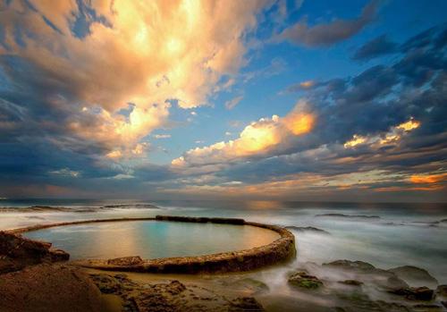 Những ngày thủy triều xuống thấp, bể bơi sẽ để lộ ra phần đáy là một bãi cát lớn, mọi người sẽ tới đây và nằm tắm nắng.