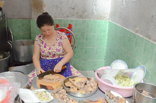 Thực khách có thể trực tiếp quan sát quá trình nấu nướng của quán. Ảnh: Phong Vinh.