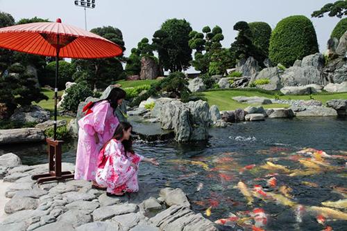Công viên cá koiNằm ở huyện Hoóc Môn, đây là một trong những địa điểm đi chơi Tết Dương lịch đang rất nổi tiếng hiện nay ở Sài Gòn. Công viên còn được biết đến với tên gọi Rin Rin Park, công viên Đá Nhật.Điểm hấp dẫn nhất ở đây là hệ thống hồ cá koi được thiết kế theo tiêu chuẩn Nhật Bản. Trong hồ có khoảng 220 con cá koi, kết hợp với kiến trúc vườn Nhật xung quanh, du khách có thể chụp ảnh như tại đất nước mặt trời mọc. Vé tham quan là 50.000 đồng/người lớn,20.000 đồng/trẻ em và 200.000 đồng thuê kimono.Địa chỉ: Đường Xuân Thới Thượng 6, xã Xuân Thới Đông, huyện Hoóc Môn.
