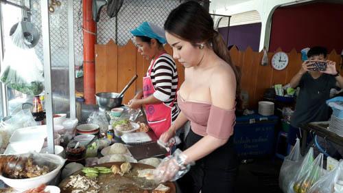 Chủ quán cơm Thái Lan bị chỉ trích vì ăn mặc táo bạo Du Lịch