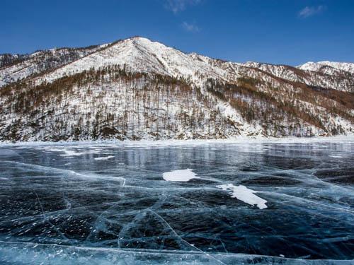 Ở Siberia, người dân thường có truyền thống trồng các cây dưới hồ và sông băng vào đêm giao thừa. Những thợ lặn dũng cảm nhất sẽ lặn xuống sâu phía dưới sông băng để trồng cây. Hành động này tượng trưng cho sự khởi đầu mới.