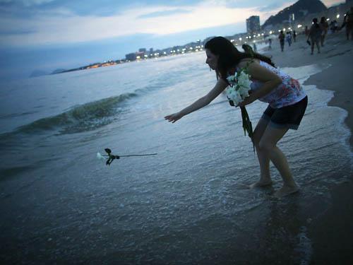 Tại Brazil, mọi người sẽ ném những bông hoa trắng xuống biển như một món quà gửi tặng nữ thần biển cả vào đêm giao thừa. Người dân nơi đây tin rằng, nếu làm thế nữ thần biển sẽ mang lại cho họ một món quà chính là sự hạnh phúc, thịnh vượng cho cả năm mới.