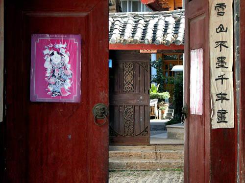 Năm mới ở Trung Quốc, mọi người thường sơn lại cửa màu đỏ với hy vọng năm mới nhiều may mắn.