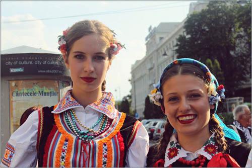Trang phục truyền thống trong các lễ hội ở Sibiu. Ảnh: WTG.