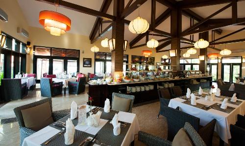Nhà hàng Famiana được thiết kế theo phong cách châu Âu sang trọng nằm bên khu biển ngay trung tâm khu nghỉ dưỡng có không gian sân vườn rộng thoáng