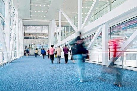 Trải thảm khắp nhà ga hiện là một chiến lược khôn khéo của các sân bay. Ảnh: The Sun.