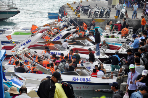 Hàng trăm thuyền tấp nập ra vào bến tàu du lịch Cầu Đá phục vụ khách dịp Tết Dương lịch. Ảnh:Xuân Ngọc.