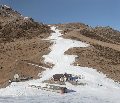 Tuyết ngày càng tan chảy, teo tóp trên đỉnh Alps khiến chính quyền phải dùng tuyết nhân tạo. Ảnh: Time.