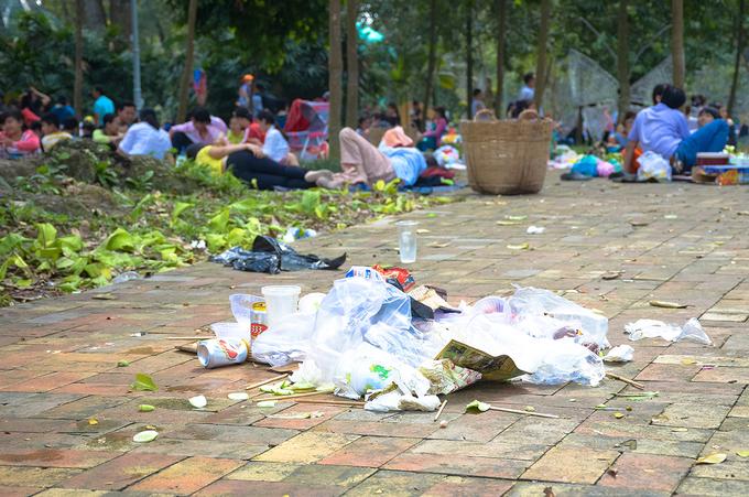 Du khách mắc lều trải chiếu, ngủ la liệt trong công viên ở Sài Gòn