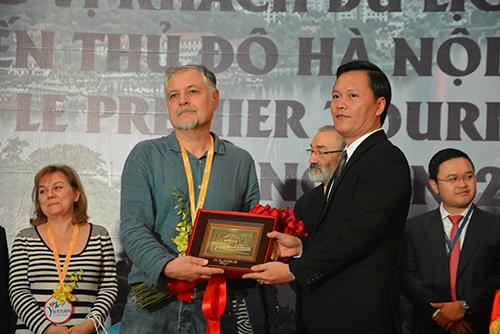 Ông Lebreton Didier nhận quà lưu niệm từ Giám đốc Sở Du lịch Hà Nội.