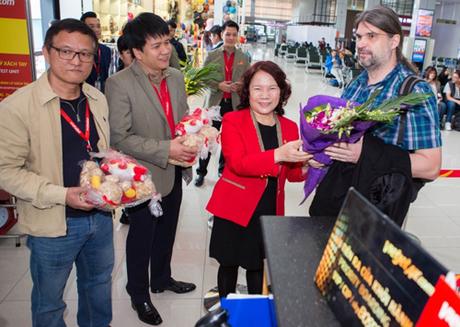 Chủ tịch Nguyễn Thanh Hà cùng Giám đốc văn phòng miền Bắc Vietjet Dương Hoài Nam và Phó giám đốc An toàn  An ninh  Đảm bảo chất lượng Lê Ngọc Lâm gửi đến hành khách những lời chúc năm mới tốt đẹp.