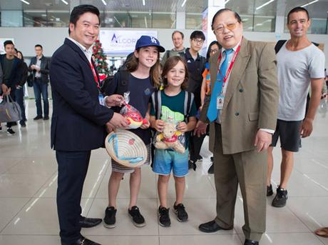 Trưởng đại diện Vietjet tại sân bay Nội Bài Hà Tuấn Anh hân hoan tiễn những vị khách đầu tiên của năm 2018